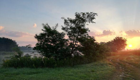 Schöner Sonnenaufgang nach dem Drill mit dem Karpfen